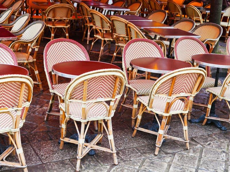 Stock-Stühle in Paris-Café lizenzfreies stockfoto