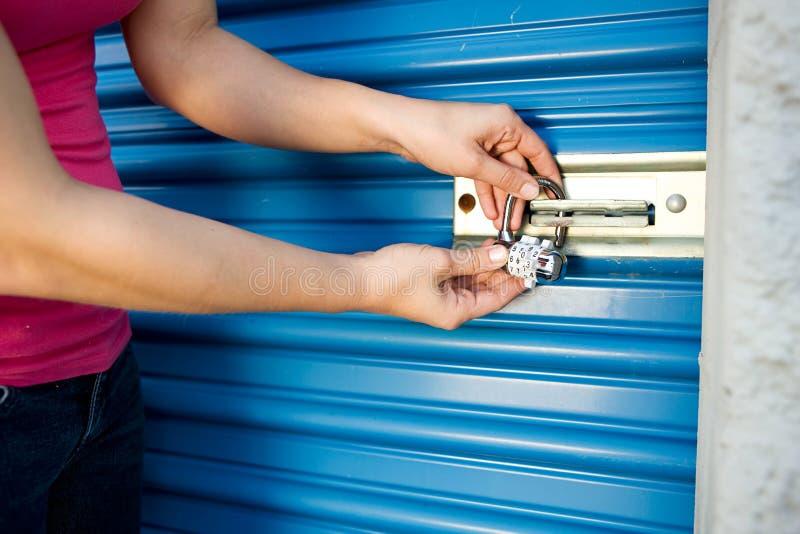Stockage : Ajoutez la serrure à la porte d'unité photographie stock libre de droits