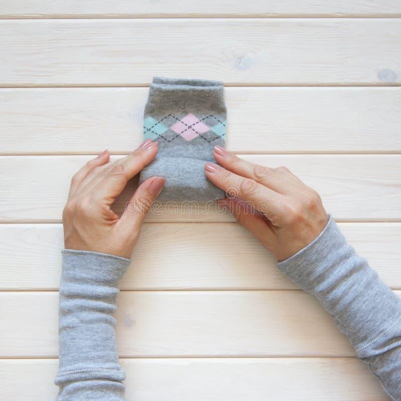 Stockage de vêtements Ordre dans le cabinet Chaussettes se pliantes Clas principal photographie stock