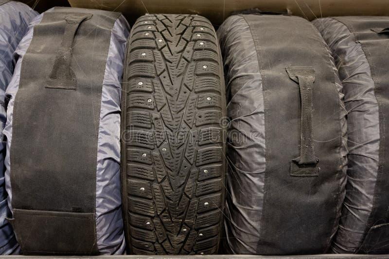Stockage de vieux pneus d'hiver dans des couvertures spécialisées photographie stock