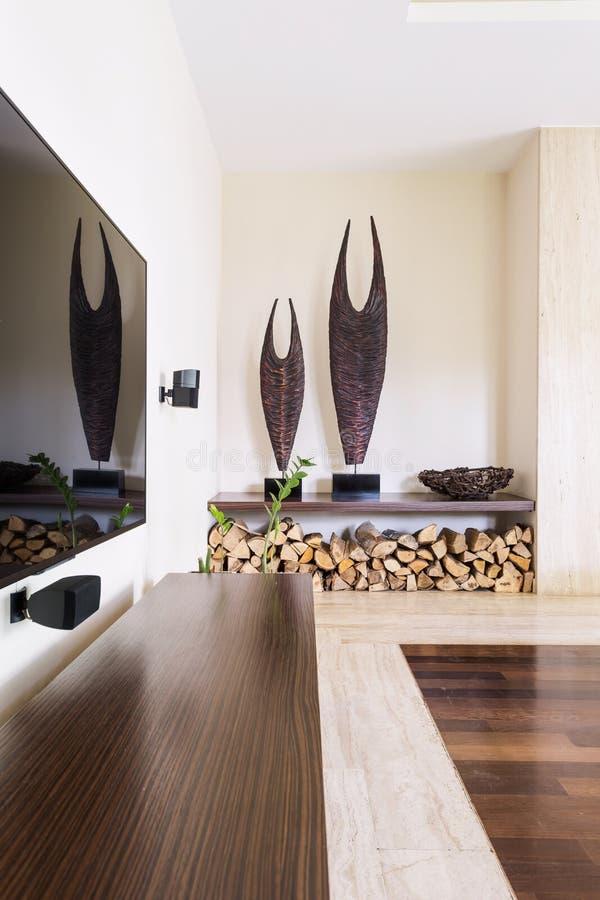 Stockage en bois de cheminée moderne à l'intérieur de maison images stock