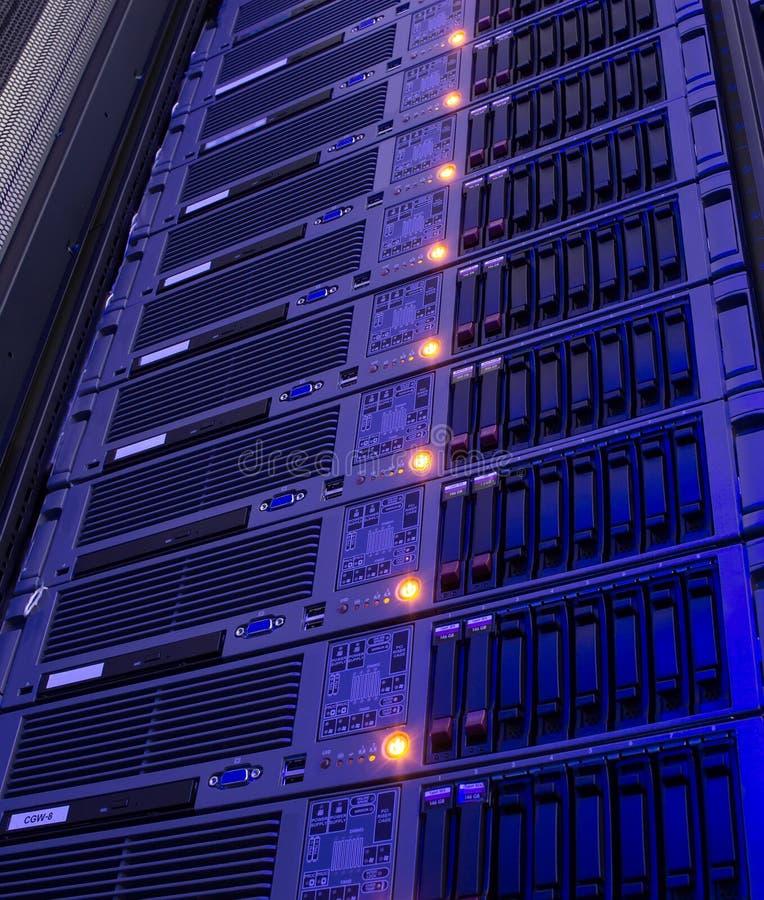 Stockage moderne des serveurs de lame dans la verticale de centre de traitement des données image stock