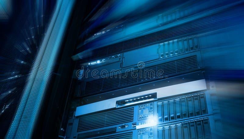 Stockage moderne des serveurs de lame dans la verticale de centre de traitement des données avec la tache floue et le mouvement images stock