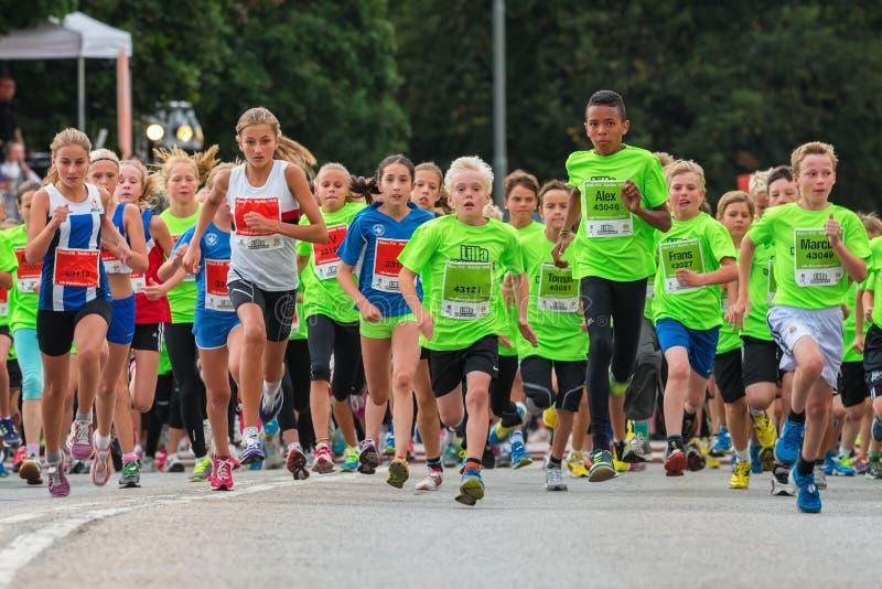 STOCKHOLM - AUGUSTI, 17: Barnen precis efter starten i Mien royaltyfri fotografi