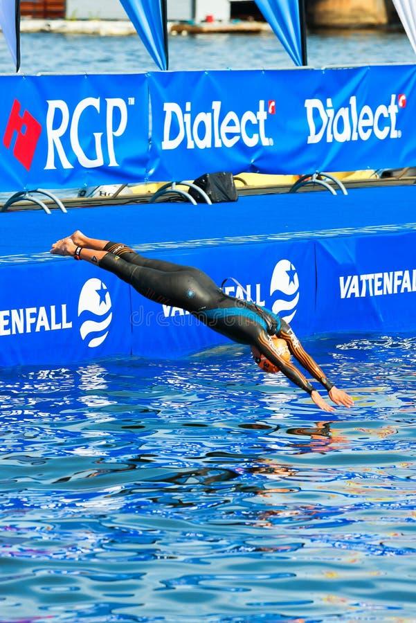 STOCKHOLM - AUGUSTI, 24: Natalie Milne dykning in i vattnet för arkivfoto