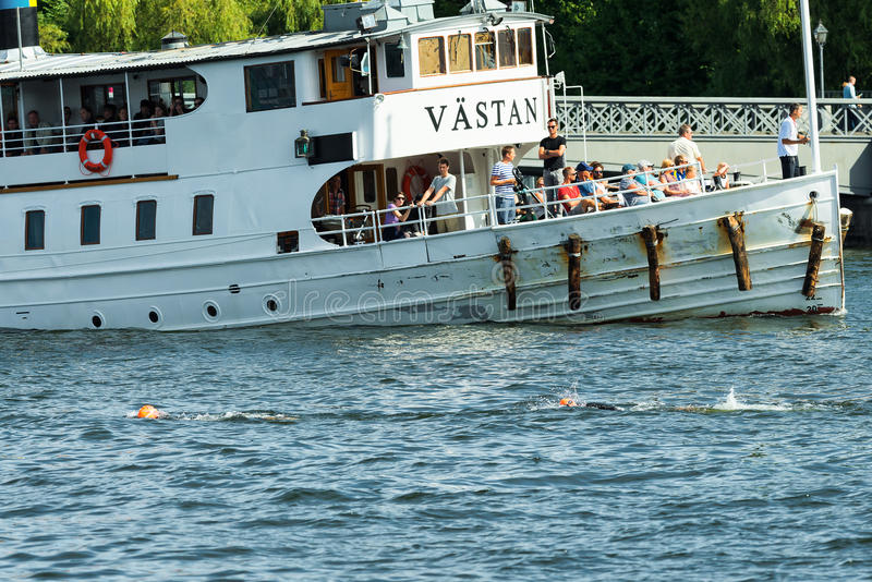 STOCKHOLM - 24 AUGUSTUS: Twee triathletes opwarmen die a overgaan passen stock fotografie