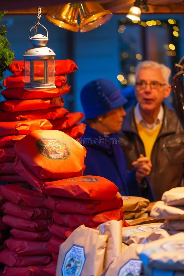 STOCKHOLM - DEC, 19 : Un couple plus ancien achetant le pain traditionnel à photo stock