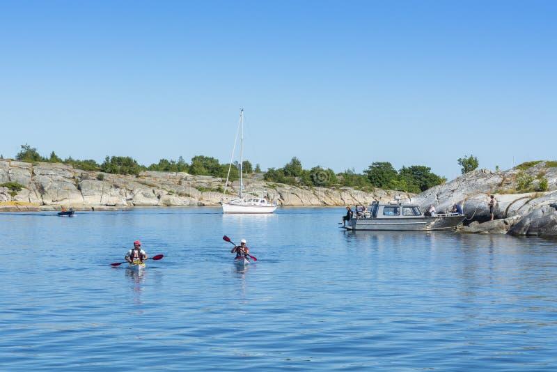 Stockholm för två turnera kayakers skärgård arkivbilder