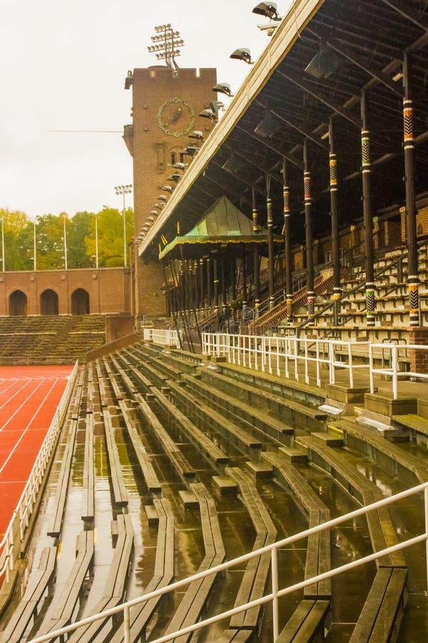 Stockholm Olympic Stadium: den östliga bänken, den kungliga tribun och tornet arkivbild
