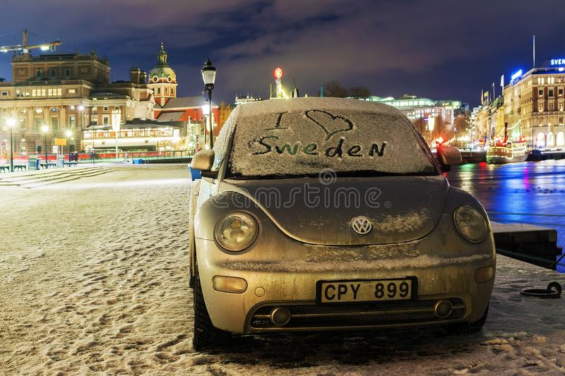 STOCKHOLM, SCHWEDEN - 4. JANUAR: Volkswagen Beetle-Auto mit einem Zeichen lizenzfreie stockfotos