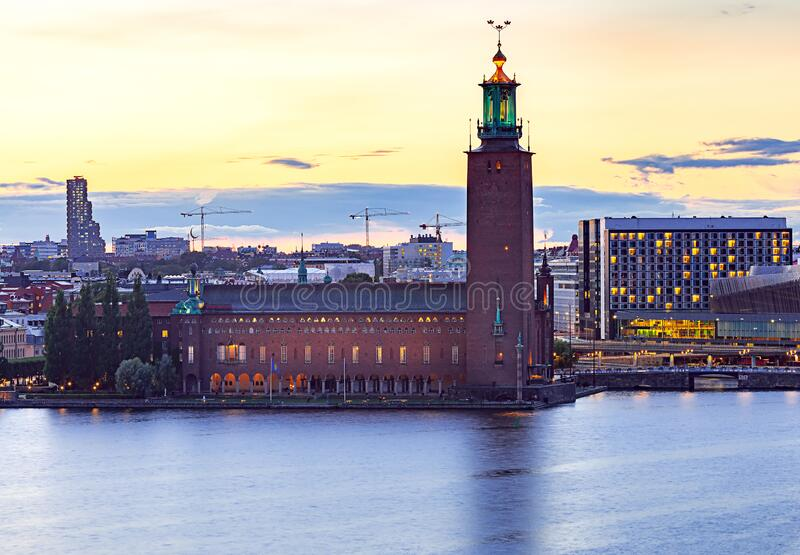 Stockholm Stadhuis op zonsondergang stock foto's