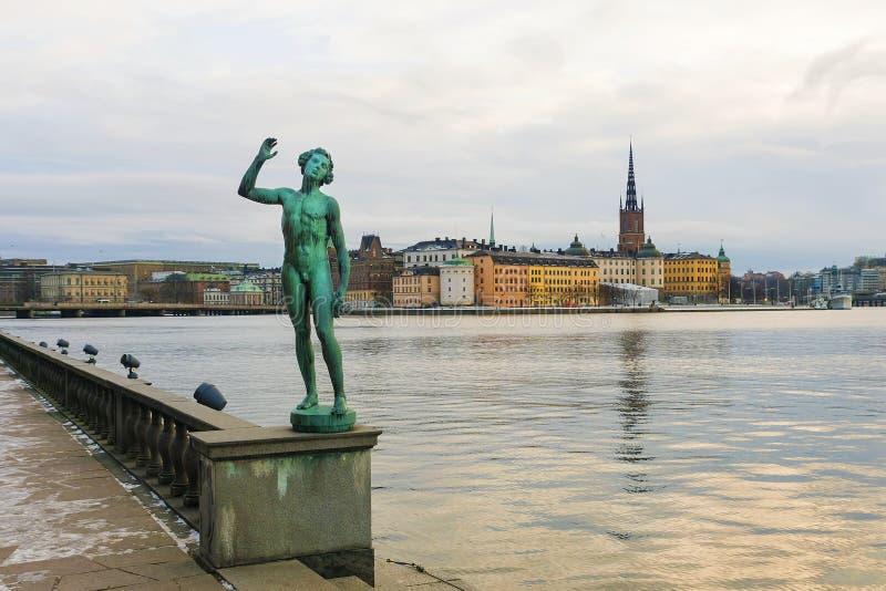 Stockholm, statue au remblai près de la ville hôtel photo stock