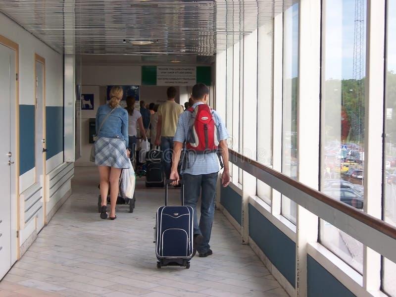 Stockholm, Suède - juillet 2007 : touristes avec des valises serrées à la sortie dans le port suédois photo libre de droits