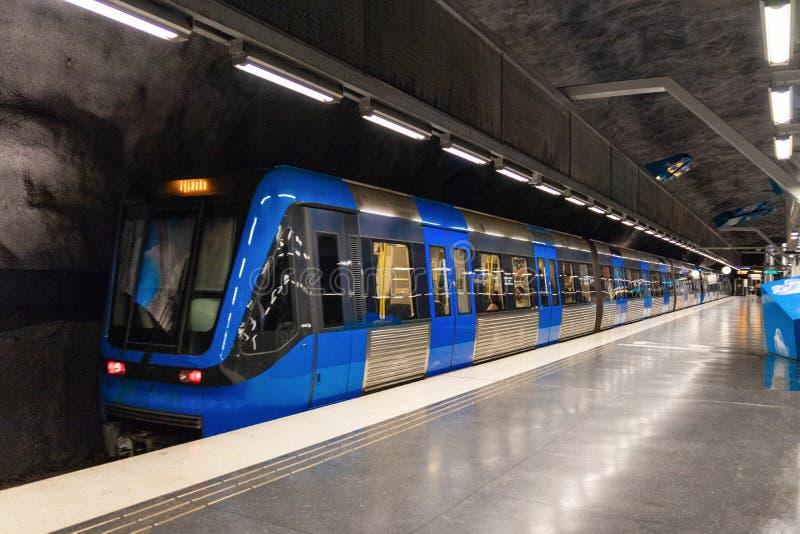 Stockholm, Suède le 7 juin 2019 : Station de métro souterraine lumineuse moderne de brin de Solna avec le train mobile bleu photographie stock libre de droits