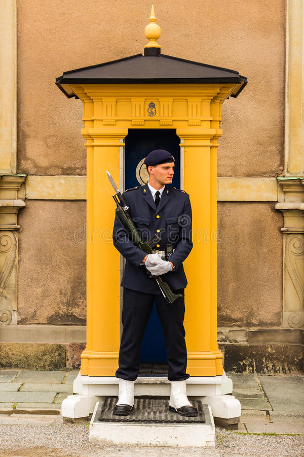 STOCKHOLM, SUÈDE - VERS 2016 - une garde se tient stationnaire à son courrier à Royal Palace qui est dans la vieille ville photographie stock