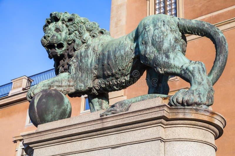 Stockholm, Suède Vieille statue en bronze de lion photos stock