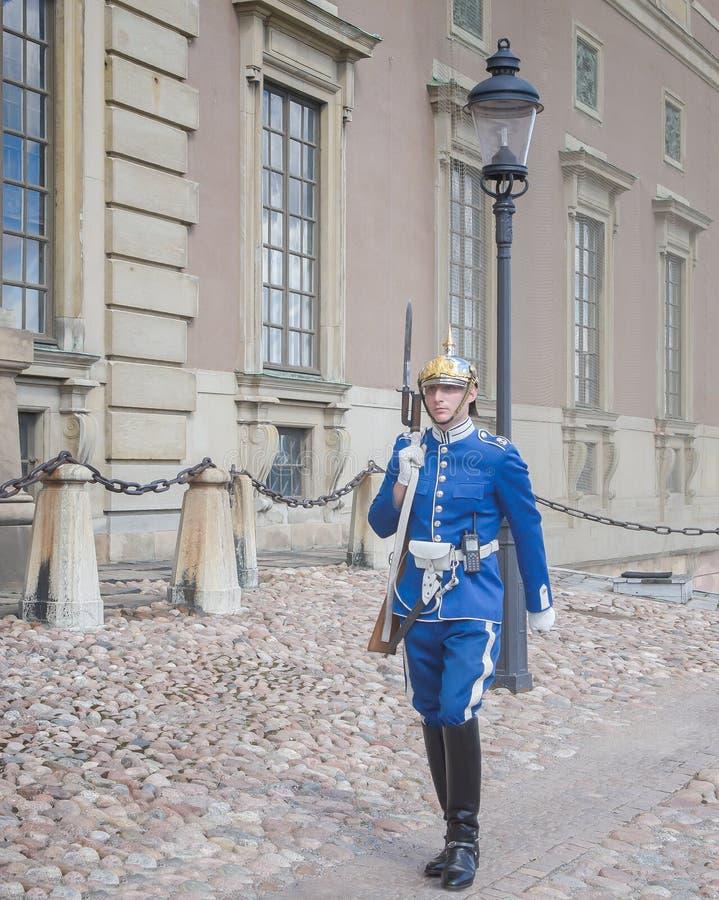 Stockholm Sverige - Augusti 18, 2014 - den kungliga vakten på Royal Palace (i den gamla staden Gamla Stan), den huvudsakliga vakt royaltyfri foto