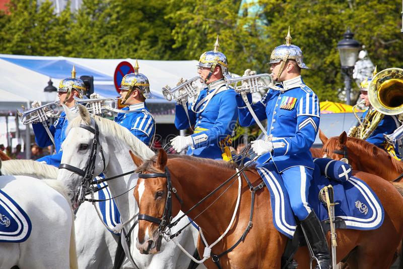 STOCKHOLM SVERIGE - AUGUSTI 20, 2016: Svenska kunglig personvakter på hor royaltyfria bilder