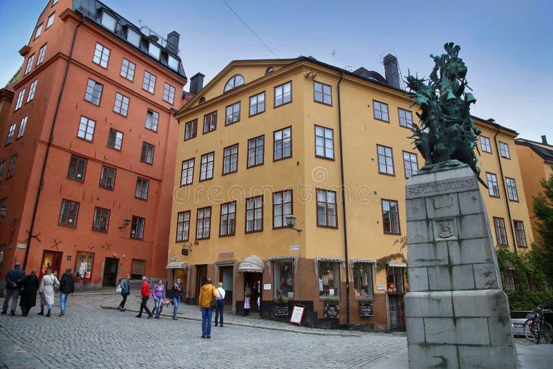 STOCKHOLM SVERIGE - AUGUSTI 19, 2016: Turister går och statyn av arkivbild