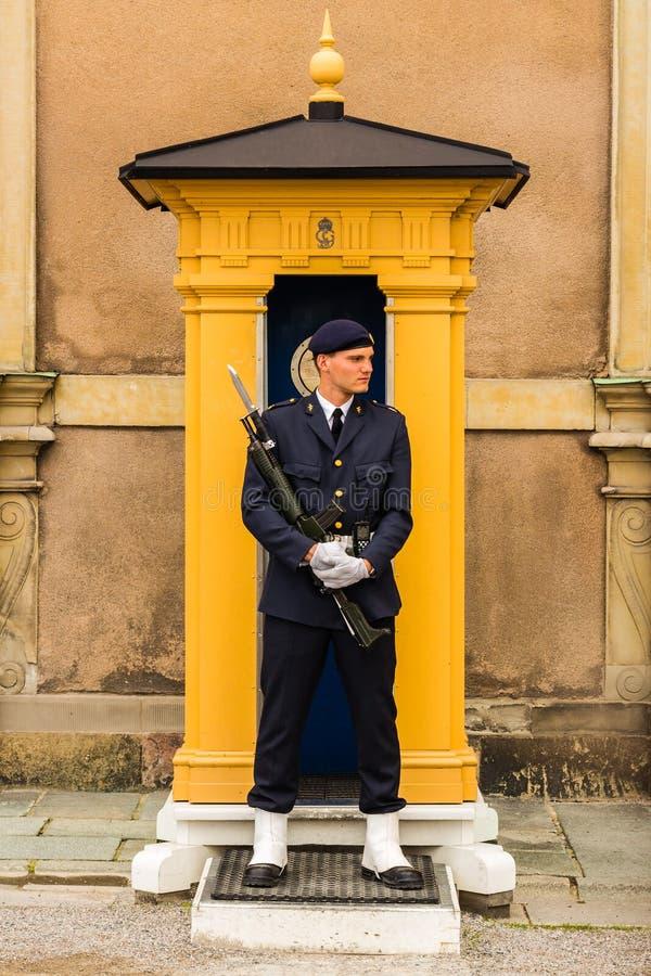 STOCKHOLM SVERIGE - CIRCA 2016 - en vakt står stationär på hans stolpe på Royal Palace som är i den gamla staden arkivbild