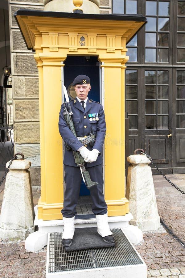 STOCKHOLM SVERIGE - JULI 05,2015 bärs kungliga vakter, den huvudsakliga vakten på slotten ut av enheter av svensk krigsmakt Det ä arkivbilder