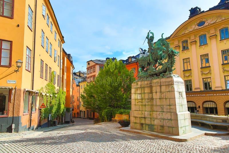 Stockholm Sverige - Juli, 2018: Statyn av St George och draken i Stockholm, Sverige under solig dag för sommar fotografering för bildbyråer