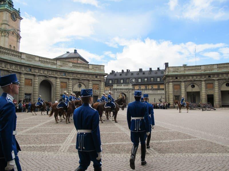 Stockholm/Sverige - Maj 16 2011: Ändra av vakten Ceremony med deltagandet av den kungliga vaktkavallerit royaltyfria bilder