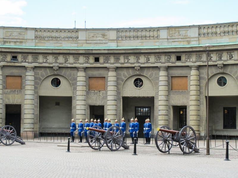 Stockholm/Sverige - Maj 16 2011: Den kungliga vaktceremonin på Royal Palace royaltyfri foto
