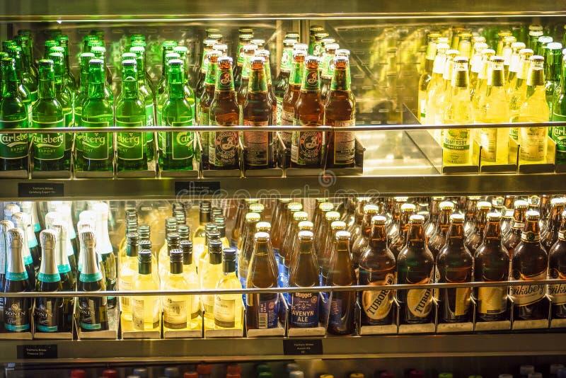 Stockholm Sverige - mars, 2019 Dryckskärm på den kalla frysen på det lokala lagret i den Arlanda flygplatsen, Stockholm, Sverige  fotografering för bildbyråer