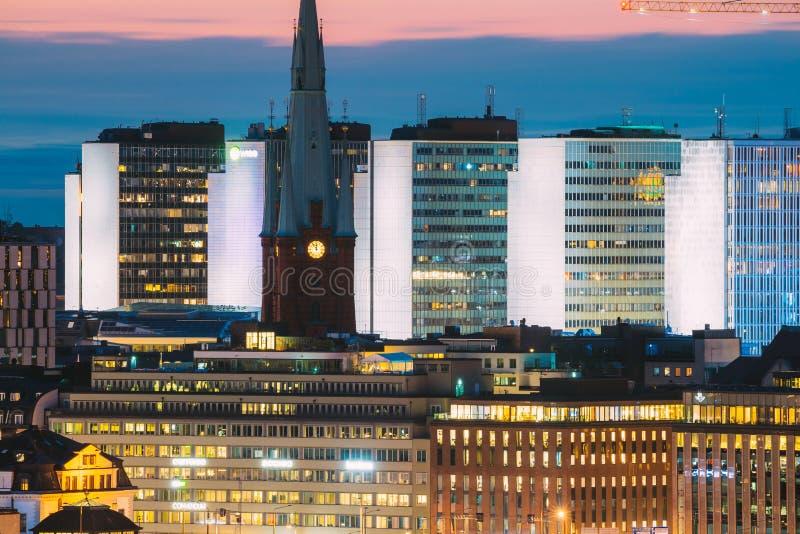 Stockholm, Sverige Nära vy över kyrkan St Clara eller S:t Klara och hus i mörkljus God kväll arkivbild