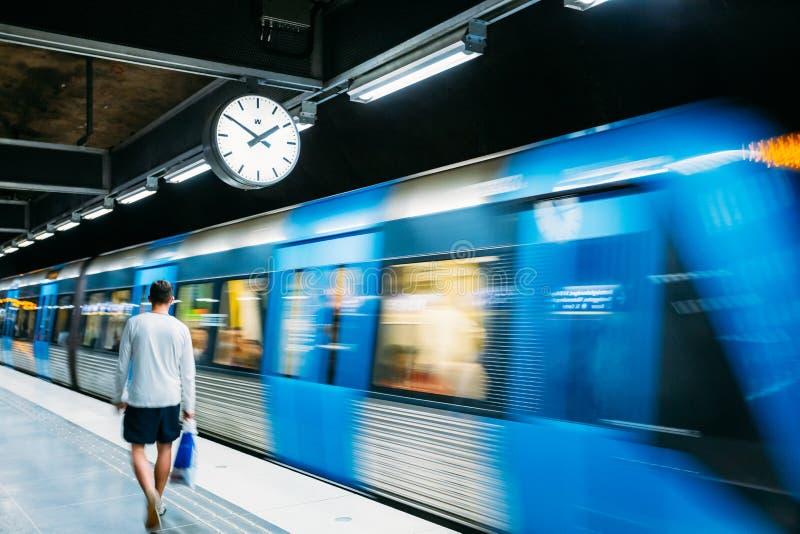 Stockholm Sverige Underjordisk gångtunnelstation för modern upplyst tunnelbana arkivbilder