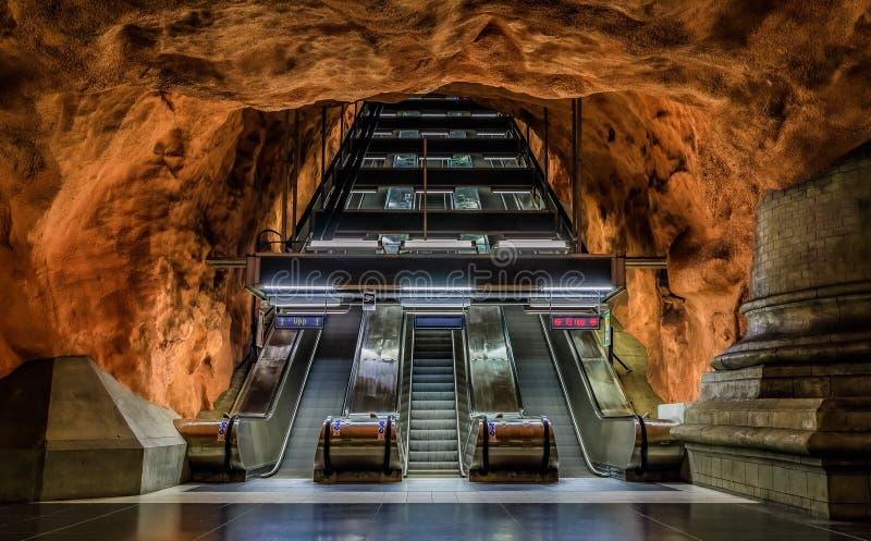 Stockholm tunnelbana eller tunnelbanastation Radhuset eller domstolsbyggnadwi royaltyfri fotografi