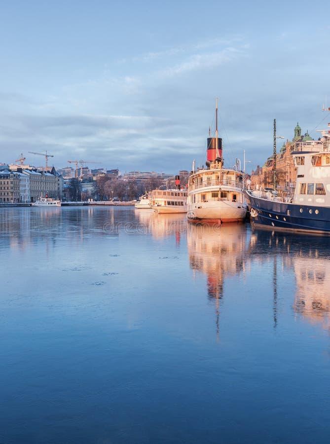 Stockholm vinterbild med gamla skepp royaltyfria bilder