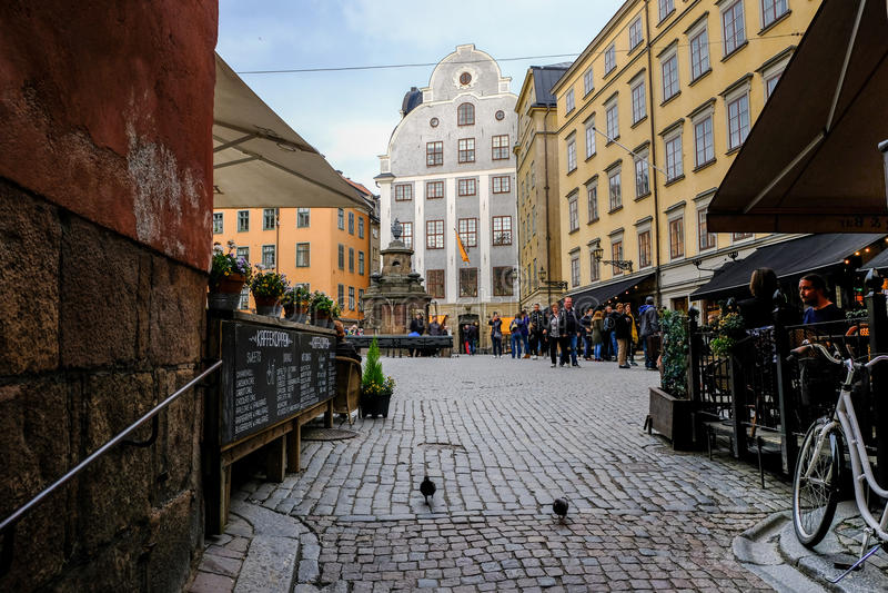 Stockholm, Zweden dat, Toeristen op Stortorget rust stock foto's