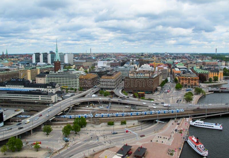 Stockholm/Zweden - 05 17 2011: De mening van het observatiedek van een moderne stad en wegverbindingen royalty-vrije stock foto