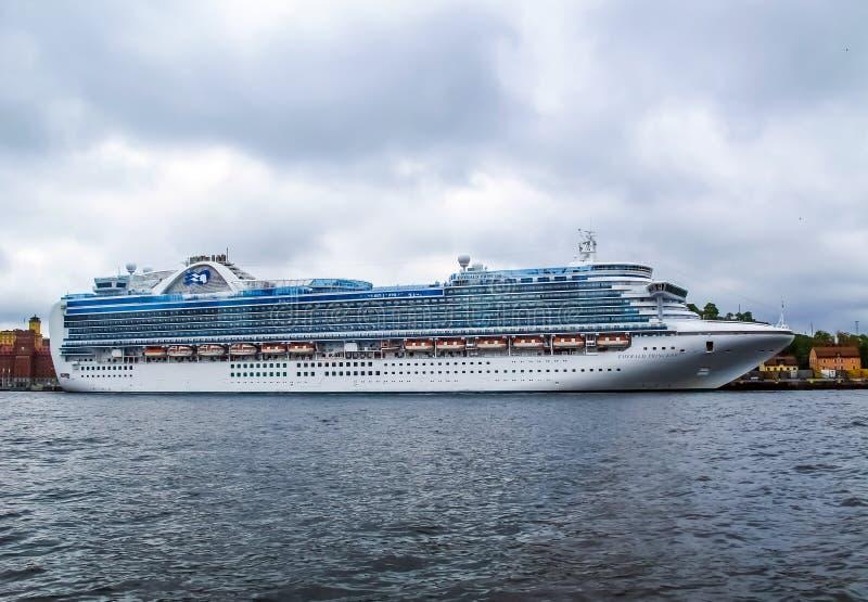 Stockholm/Zweden - Mei 15 2011: Cruiseschip Emerald Princess bij de pijler van Stockholm royalty-vrije stock fotografie