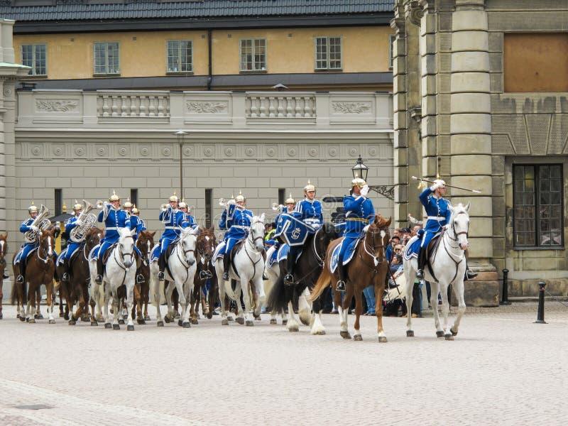 Stockholm/Zweden - Mei 16 2011: Het veranderen van de wacht Ceremony met de participatie van de Koninklijke Wachtcavalerie en het royalty-vrije stock afbeeldingen