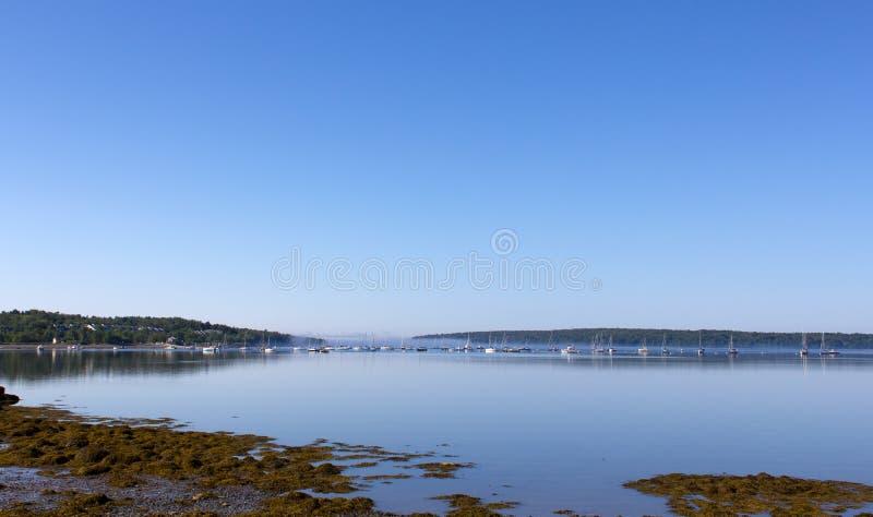 Stockton salta puerto de Maine con la costa y los barcos fotografía de archivo libre de regalías