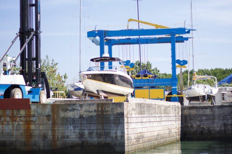 Stocznia przemysł, statku budynku statek na unosi się suchym doku wewnątrz zdjęcie stock