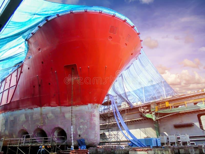 Stocznia statku cumowanie w spławowym doku pod naprawą obrazy stock