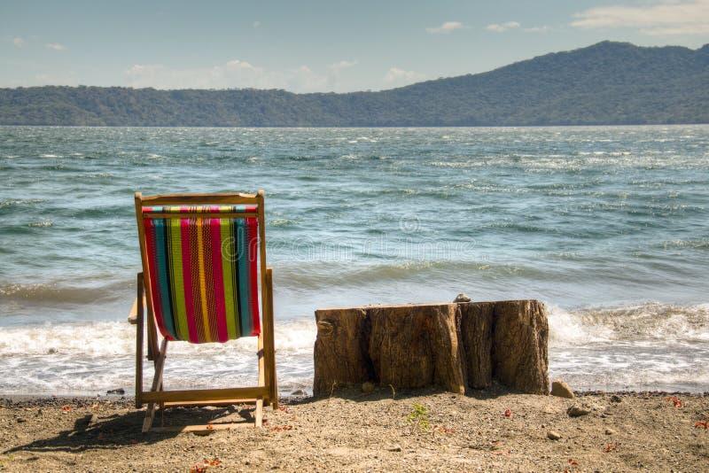Stoel bij de kust van meer Apoyo dichtbij Granada, Nicaragua royalty-vrije stock afbeelding