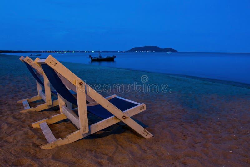 Stoel bij strand op schemeringtijd royalty-vrije stock foto