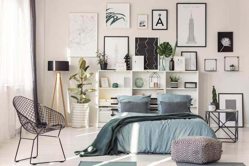 Stoel in comfortabel slaapkamerbinnenland stock fotografie