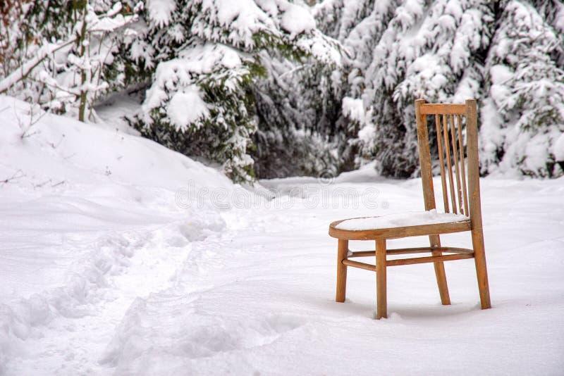 Stoel in de sneeuw royalty-vrije stock foto's