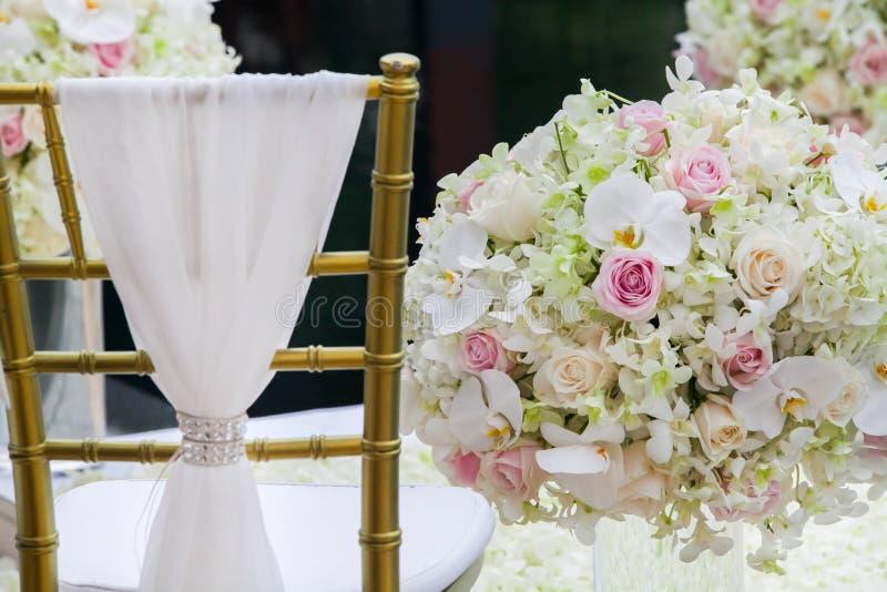 Stoel die voor huwelijksceremonie plaatsen stock afbeeldingen