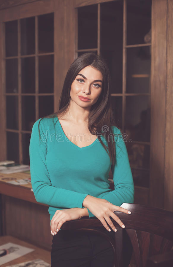 Stoel en mooie vrouw stock foto's