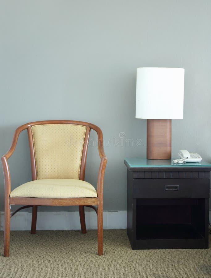 Stoel en schemerlamp in slaapkamer royalty-vrije stock foto