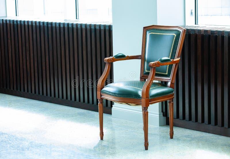 Stoel met een leer groene zetel, een rug, en armsteunen royalty-vrije stock foto's