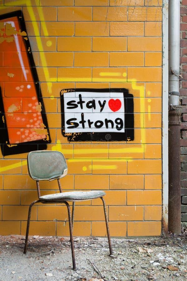 Stoel met graffiti op de achtergrond royalty-vrije stock fotografie