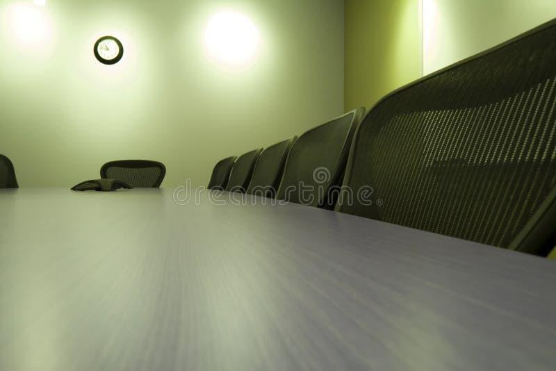 Stoelen in een Rij in de Zaal van de Conferentie royalty-vrije stock foto